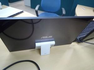 スタンドが大きすぎたので、タブレットスタンドを利用しました。※結構安定しています。